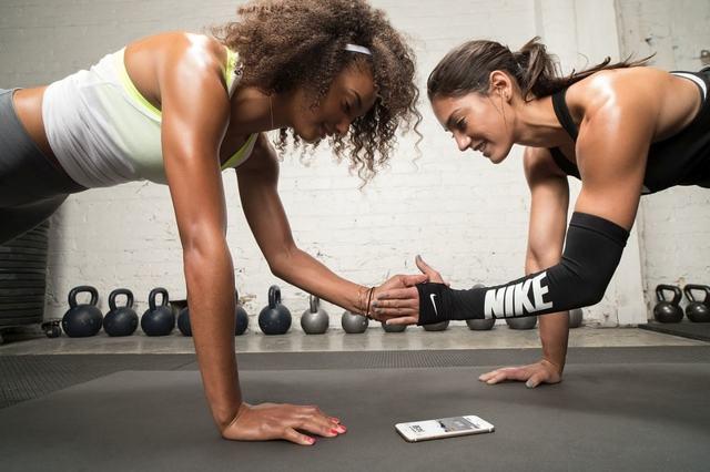 Лучшие упражнения для плеч девушкам в тренажерном зале и домашних условиях