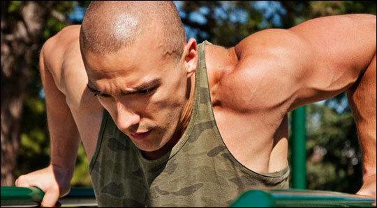Отжимания на брусьях: техника для грудных мышц и трицепса, вариант с отягощением
