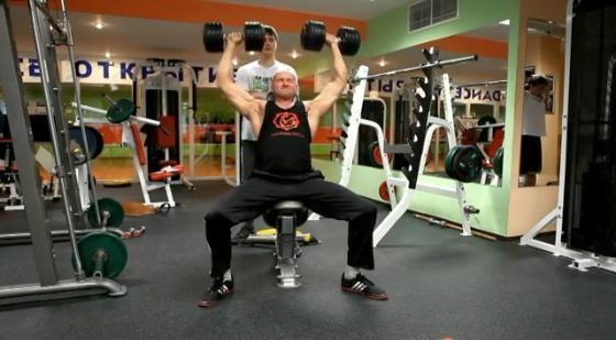 Жим гантелей сидя на скамье для массивных и сильных плеч