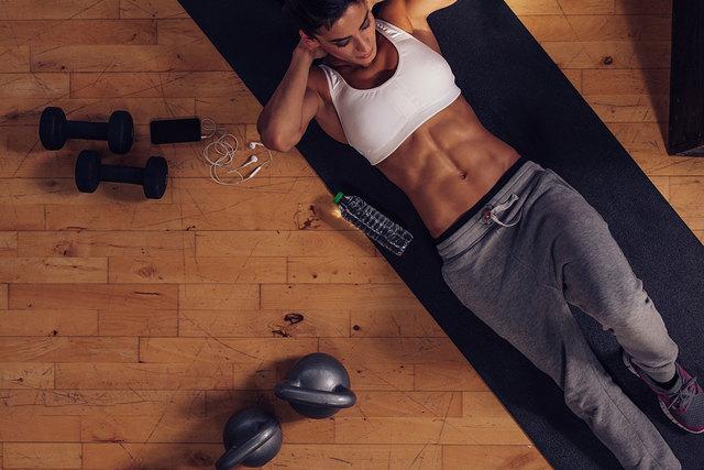 Ролик для пресса: способы выполнения упражнений для всех мышц мужчинам и женщинам