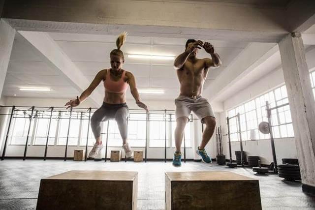 Круговая тренировка для девушек и мужчин в тренажерном зале и дома