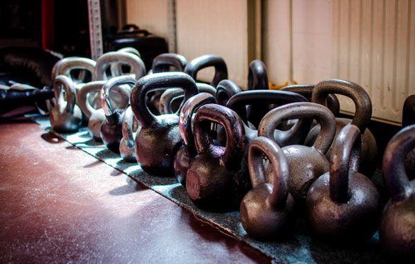 Махи гирей двумя руками: упражнение для сжигания жира и развития силы