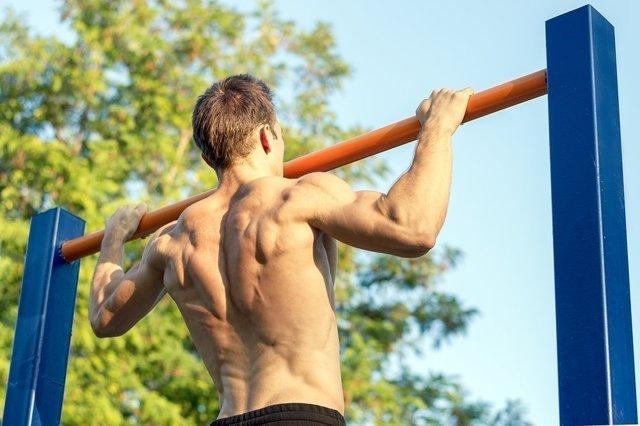 Подтягивание на турнике: как правильно это делать, какие мышцы работают, виды хватов