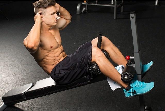 Скручивания на наклонной скамье для мышц пресса