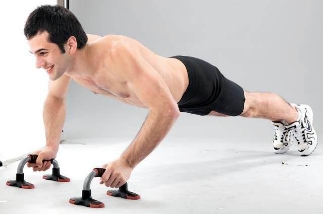 Упоры для отжиманий: виды и упражнения с инвентарем