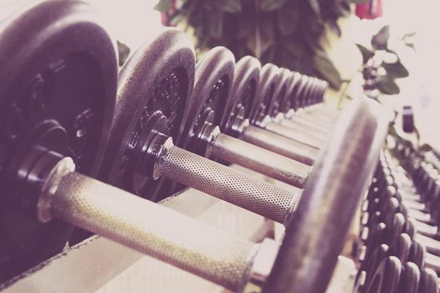 Как накачать плечи в домашних условиях: лучшие упражнения на дельты для мужчин