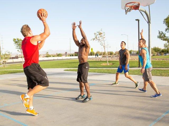 Упражнения для похудения для мужчин: тренировки для дома и зала