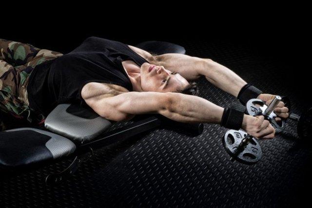 Пуловер: особенности и польза упражнения с гантелью и штангой, какие мышцы работают