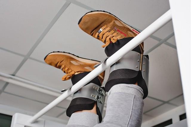 Гравитационные (инверсионные) ботинки для турника: польза и вред, как заниматься, какие лучше выбрать